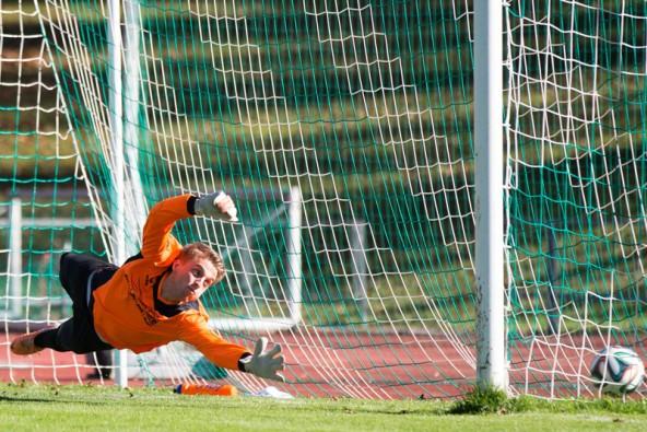 Goalie Thomas Heinzle streckt sich vergebens. 1:0 durch einen Strafstoß für Rapid. Fotos: Expa/Groder