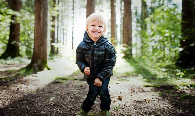 Elijah, ein kleiner Zwerg im Wald.