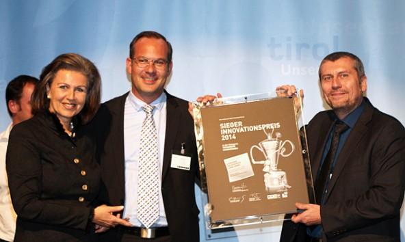 """Patrizia Zoller Frischauf (l.) überreichte den Preis in der Kategorie """"Technische Innovationen - Produkte und Verfahren"""" an Liebherr-Vertriebschef Lucas Nerud und den Thomas Gruidl, den Leiter der Liebherr Prozesstechnik."""