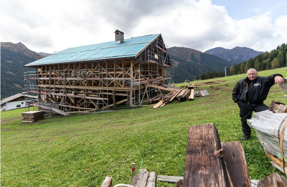 Ein zufälliger Passant? Ein Osttiroler Landwirt? Nein, dieser Mann bewacht ein halbfertiges Haus, das den kommenden Winter sicher nicht überstehen wird. Foto: Expa/Groder