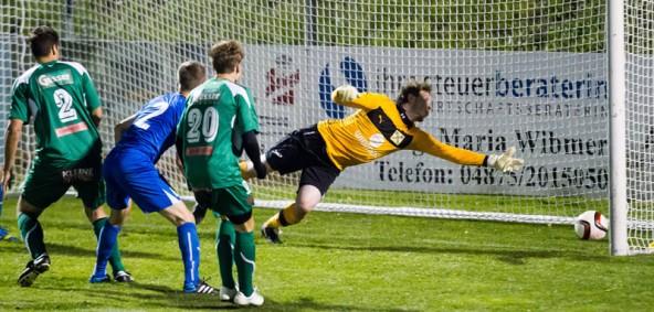 Florian Neumeister köpft aus kurzer Distanz ein. Matrei-Goalie Unterwurzacher ist chancenlos.