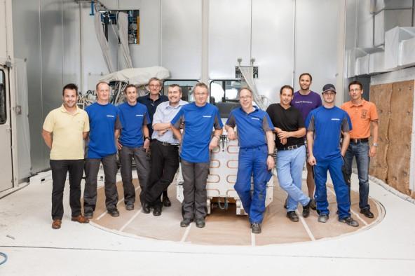 Thomas Gruidl, 5.v.l., mit einem Teil des Entwicklerteams von Liebherr und ihren Mitarbeitern (Foto: Liebherr)