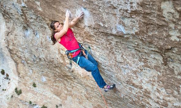"""Anna Stöhr klettert """"La Rose et le Vampire"""", 17 Meter überhängend, Schwierigkeitsgrad 8b. (Foto: Rainer Eder)"""