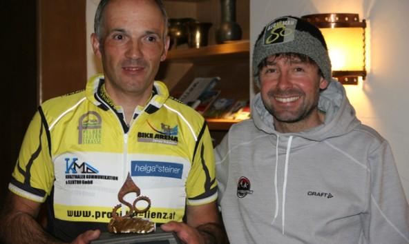 Alois Schett (li.) mit Roland Stauder bei der Übergabe des 10. goldenen Steins im Sommer 2014.