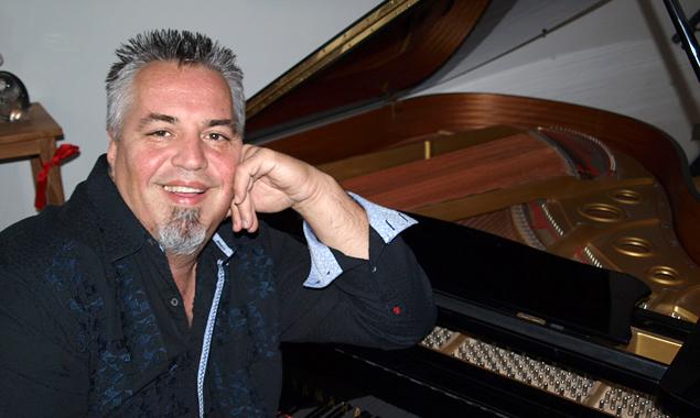 Vali Saciri ist leidenschaftlicher Pianist, er komponierte alle 10 Tracks der aktuellen CD.