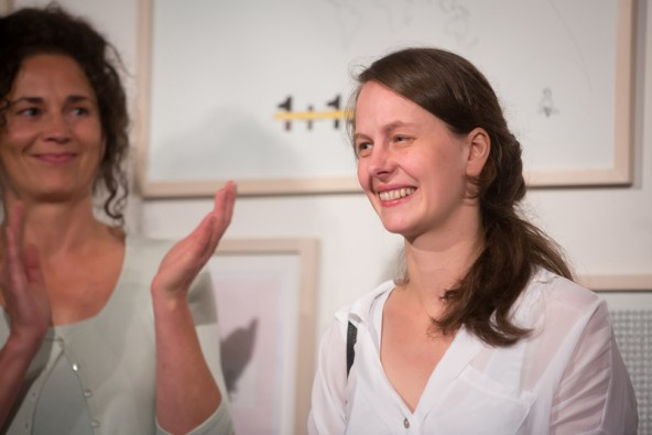 Rosmarie Lukasser im RLB-Atelier in Lienz. Kuratorin Silvia Höller applaudiert. Fotos: Brunner Images