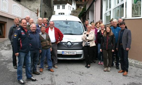"""Das neue """"Virger-E-Mobil"""" mit seinen freiwilligen Chauffeuren. (Foto: Gemeinde Virgen)"""