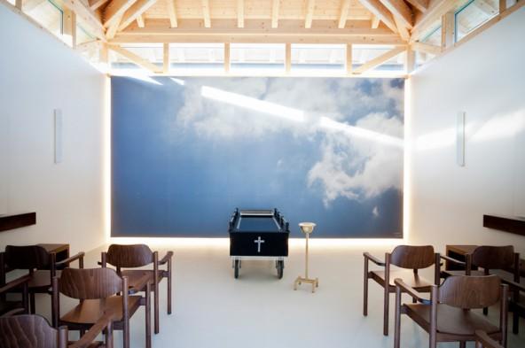 Der Himmel ist nahe, in der von Peter Raneburger gestalteten Aufbahrungshalle. Foto: Miriam Raneburger.