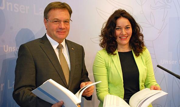 Günther Platter und Ingrid Felipe legen Tirols erstes Doppelbudget für die nächsten beiden Jahre vor. Land Tirol/Huldschiner