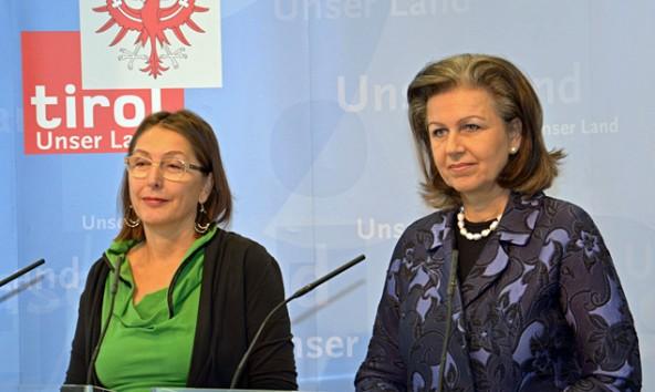 Die koalitionären Landesrätinnen Christine Baur, Grüne, und Patrizia Zoller-Frischauf, ÖVP, stellten gemeinsam das Konzept für die neue Flüchtlingsbetreuung vor. Land Tirol/Iris Reichkendler