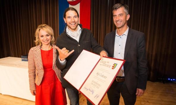 Flankiert von Bürgermeisterin Elisabeth Blanik und Stadtrat Stephan Tagger freut sich Sigi Grabner über den Sport-Ehrenring der Stadt Lienz.
