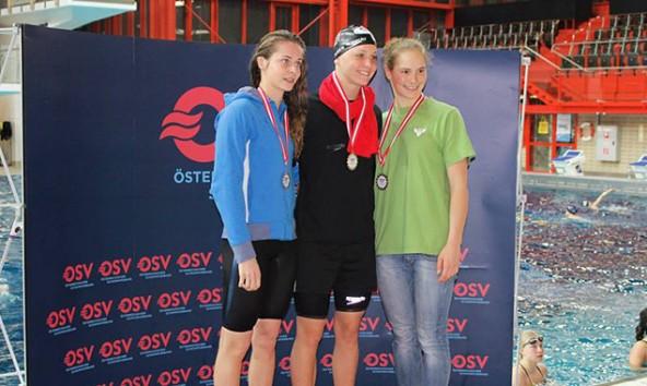 Christina Nothdurfter (links) schwamm bei der Kurzbahn-Staatsmeisterschaft  gleich mehrfach auf's Stockerl.
