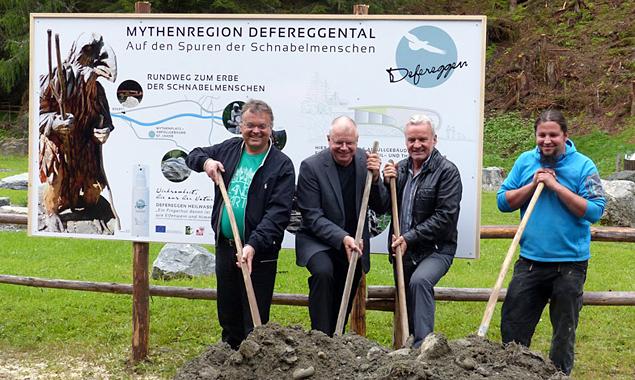 Bgm. Gerald Hauser, Ernst Fleischhacker, Heilwasser-Geschäftsführer Egon Kleinlercher und Künstler Michael Lang (v.l.) im Sommer 2014.