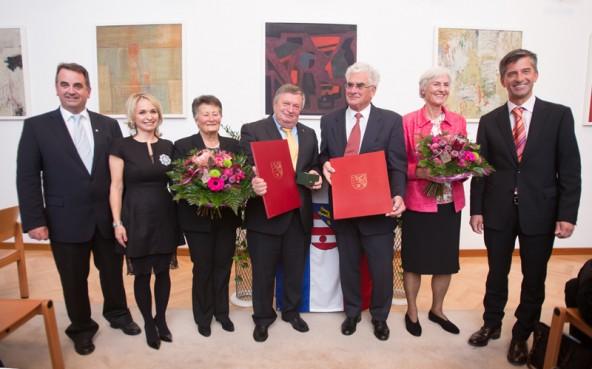 Die neuen Ehrenringträger, eingerahmt von der Politik und ihren Ehefrauen. Von links: Meinhard Pargger, Elisabeth Blanik, Rita Lamprecht, Günther Lamprecht, Wilhelm Bernard, Heide Bernard, Stephan Tagger.
