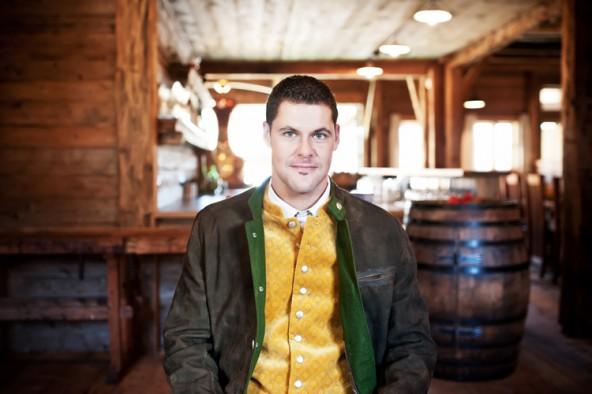Richtig gut angezogen ist Hans mit dieser perfekt abgestimmten Kombination. Unter dem Ledersakko von MADDOX trägt er eine gelbes Gilet der Trachtenmanufaktur Grasegger.