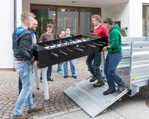 Berufsschüler spenden Tischfußball der Lebenshilfe Matrei. Foto: EXPA/Groder
