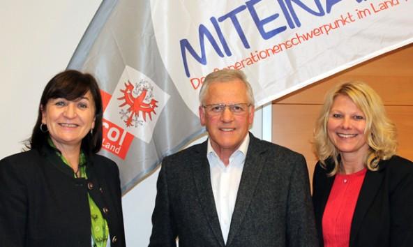 Das neue Generationenprojekt startete am 6. November in Sillian. Im Bild: LRin Beate Palfrader, Bgm Erwin Schiffmann und Karin Klammer, Projektkoordinatorin MITEINAND/Sillian (Foto: Land Tirol/Schafferer)
