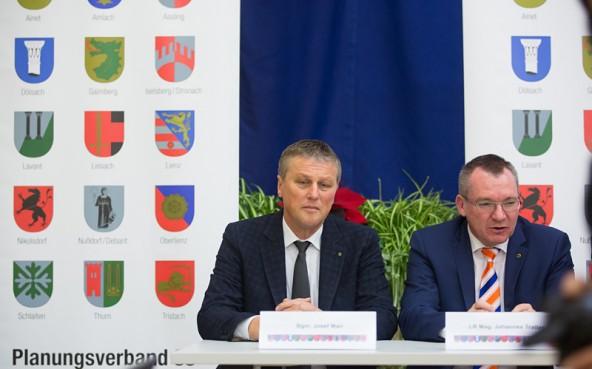 Der Dölsacher Bürgermeister Josef Mair, links im Bild mit Landesrat Johannes Tratter, ist Obmann des Planungsverbandes 36.