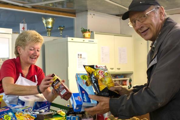 """Die MitarbeiterInnen der Team-Österreich-Tafel laden zur Spendenaktion """"Kaufen Sie ein Stück mehr"""" ein und helfen damit Bedürftigen."""