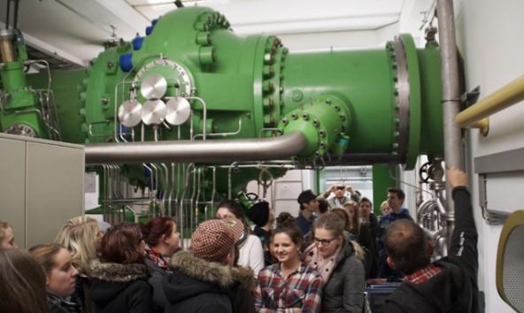 Bei der Besichtigung des Amlacher Kraftwerkes ging es darum, Kilo-, Mega- und Gigawattstunden vorstellbar zu machen. Stromproduktion und Energieverbrauch wurden dabei in Relation gesetzt.