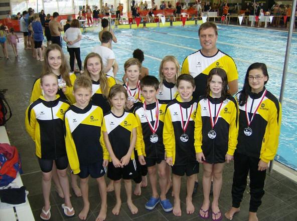 Die Jungschwimmer strahlen mit den Medaillen um die Wette. Foto: Schwimmunion