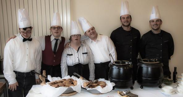 Das Mittagessen servierte ein charmantes Serviceteam.