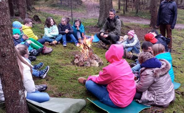 """Interessanter als Vorträge – die Kinder waren mit der """"Berglöwenschule"""" im Wald unterwegs."""