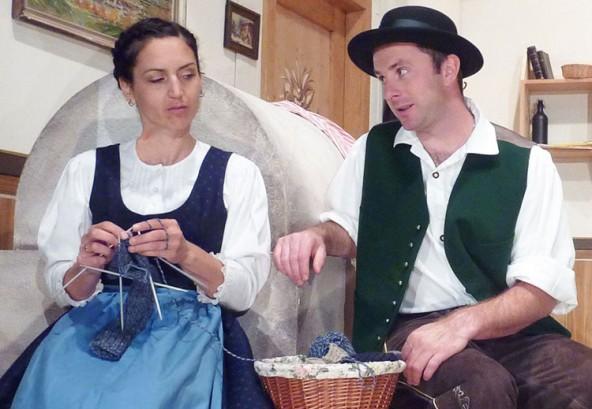 Mena (Maria Annewandter) mit dem Eishofbauer (Robert Theurl)