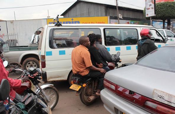 Der Straßenverkehr in Kampala lässt jeden Bürgerkrieg alt aussehen. Fotos: Petra Navara