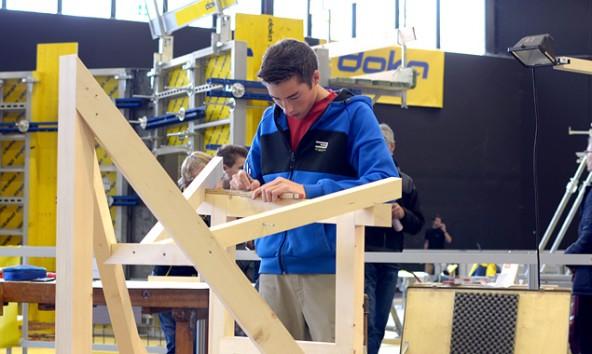 Michael Mühlmann arbeitet an seinem Dachgauben-Modell. (Foto: Michael Reitberger, holzbau austria)