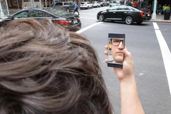 Die Luxusvariante des NoPhones mit Selfie-Update! Immer wenn man draufschaut, sieht man sich selbst, den NoPhones-User.