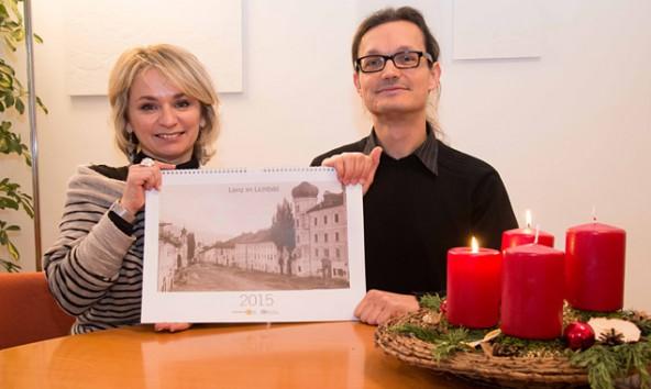 Bürgermeisterin Elisabeth Blanik und Historiker Martin Kofler präsentieren ein Weihnachtsgeschenk um acht Euro. Macht das ganz Jahr Freude und ist für einen guten Zweck: der Lienz-Kalender. Foto: Stadt Lienz/Lenzer