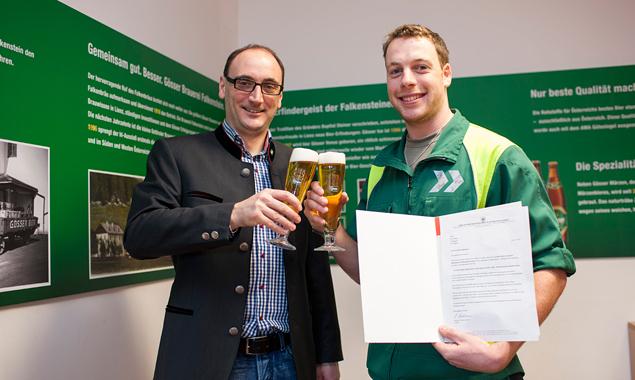 Harald Green, Betriebsleiter in Falkenstein und selbst einst in der Brauerei Falkenstein ausgebildet, mit seinem Lehrling Eric Wibmer (rechts). Foto: Brauunion/Lugger.