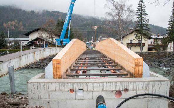 Von Leisach flussabwärts wurde diese Holzbrücke verlegt. Sie ist sicher, komfortabel und kostete samt Fundament rund 82.000 Euro.