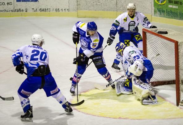 Ab Mitte des Spieles herrschte vorwiegend Gedränge vor dem Tor von Huben-Goalie Thomas Valtiner.