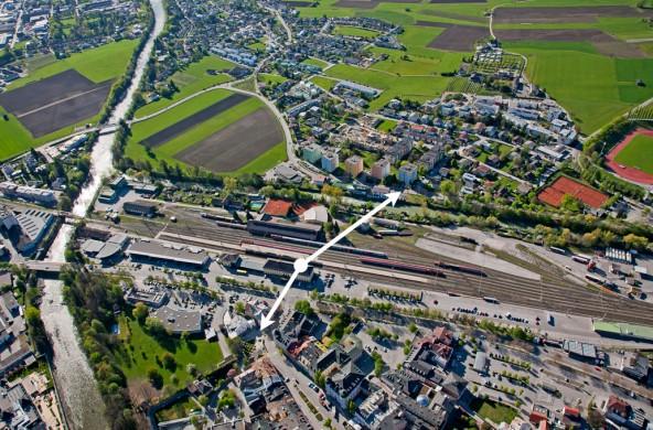 Dieses Luftbild zeigt gut, wie die Stadt in den vergangenen Jahren nach Süden gewachsen ist. Durch die neue Achse wird man über den Bahnhof in Minuten mit dem Rad oder zu Fuß die Altstadt erreichen.