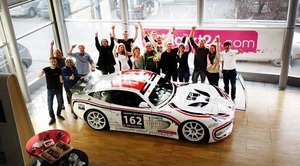 Das Team und der Bolide: eine Ginetta G50.