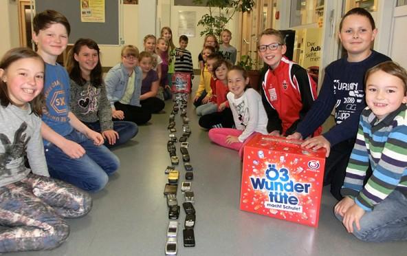33 Volksschüler sammelten  Althandys, um Kinder und Jugendliche in Not zu unterstützen. (Fotos: Volksschule St. Jakob im Defereggen)