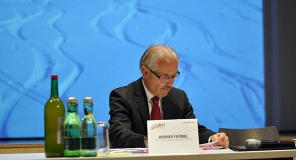 Werner Frömel, Vorsitzender des Aufsichtsrates, studiert eine Bilanz, die sich sehen lassen kann.