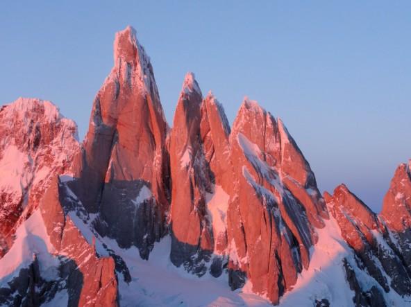 """Der Cerro Torre heißt auch """"Zeigefinger Gottes"""". Peter Ortner, von dem dieses Foto stammt, war oben und versucht es neuerlich."""