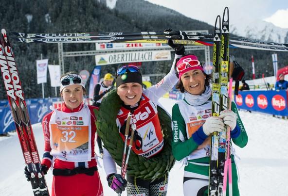 Die siegreichen Damen, von links: zweiter Platz Aurelie Dabudyk (FRA), Gewinnerin Holly Brooks (USA) und dritter Platz Antonella Confortola (ITA)