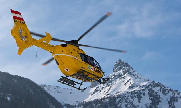 Christophorus C7 bringt Einsatzkräfte der Bergrettung zur Unglückstelle am Fuße der Blauspitze. (Foto: EXPA/Groder)