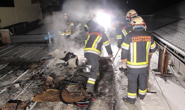 Der eher harmlose Glimmbrand am Moarhof-Dach war rasch gelöscht. Foto: Brunner Images