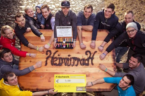 """Die Vereinsmitglieder von Heimürrach gruppieren sich rund um Philipp Stocker (Mitte) vom Hilfsfond """"Time is your Life"""". Sie haben 4.000 Euro für Notleidende Familien in Osttirol gesammelt. Foto: stoan.at"""