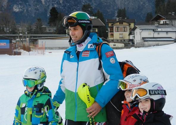 Weltmeister Mario Matt nimmt sich Zeit für ein Gruppenfoto mit seinen jüngsten Fans. Foto: Lienzer Bergbahnen