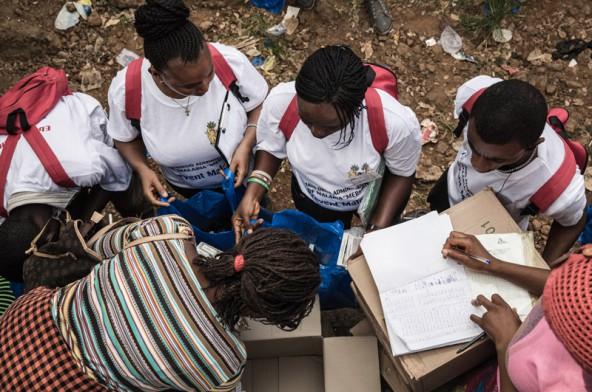 Massenverteilung von Medikamenten – Malaria und Ebola kommen oft gemeinsam. Foto: Anna Surinyach/MSF