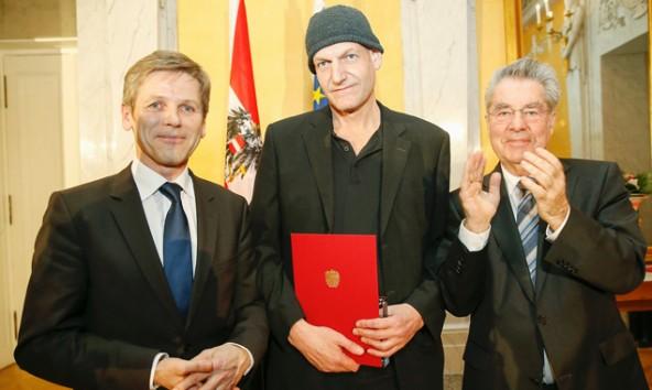 Wolfgang Mitterer mit Kunstpreis und flankiert von Minister Ostermayer und Bundespräsident Heinz Fischer. Foto: Hans Hofer, BKA
