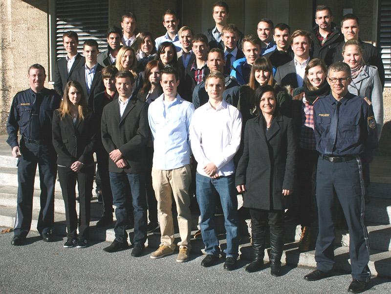 Obst Franz Übergänger und  ChefInsp Anton Brida mit den neuen PolizeischülerInnen. Zum Vergrößern ins Bild klicken!