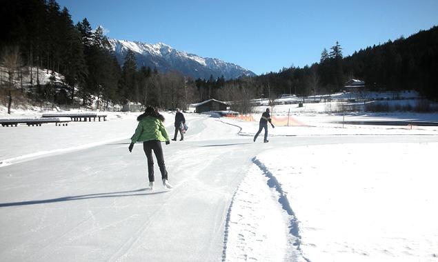 Aktuell ist die Eisdecke des Tristacher Sees rund 25 cm dick. (Foto: Stadtgemeinde Lienz)