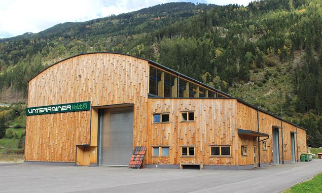 """Werkshalle Holzbau Unterrainer, Ainet: """"Zum Bogen geformt trägt Brettsperrholz erstaunliche Lasten – die Evolution einer Bauweise"""" (Foto: Holzbau Unterrainer)"""